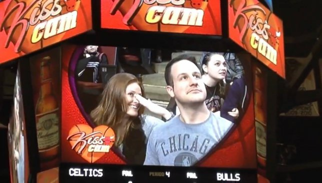 Курьезы у болельщиков: камера поцелуев засняла случай, который шокировал всех (Видео)