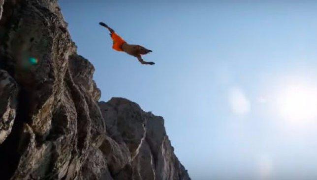 Адреналин зашкаливает: экстремал Мэтт Джонсон поразил всех на побережье Италии (Видео)