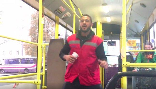 Курьезы Киева: как парень получает удовольствие от работы кондуктором (Видео)