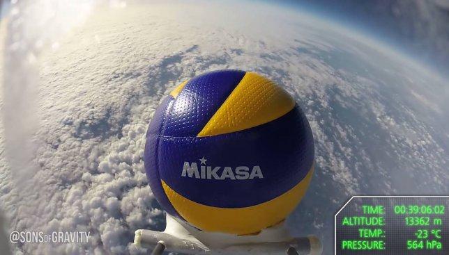 Итальянцы впервые запустили в космос волейбольный мяч: опубликовано видео