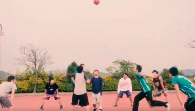 Волейболисты против баскетболистов: кто больше раз закинет мяч в корзину