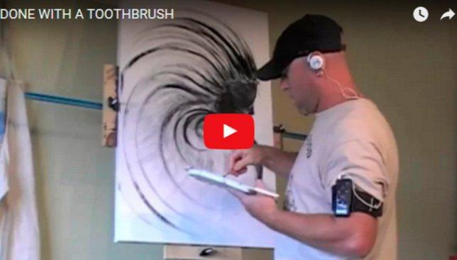 Мужчина рисует невероятные картины исключительно зубной щеткой