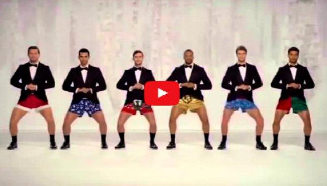 В мужских штанах - звенящие колокольчики: веселое новогоднее видео