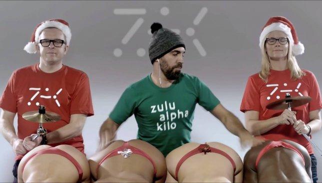 Новогоднее видео: парень создает музыку играя на интимных частях тела