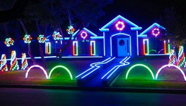 Рождественское световое шоу в стиле дабстеп прославило семью Джонсонов на весь мир
