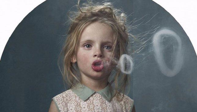 Скрытая камера: как реагируют взрослые, когда дети просят у них сигаретку (Видео)