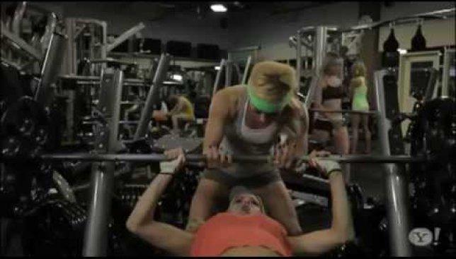 Подготовка к лету: если бы парни и девушки поменялись местами в спортзале (Видео)