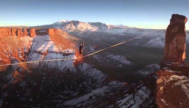 Видео на высоте: как француз прошел по канату, натянутому между двух скал