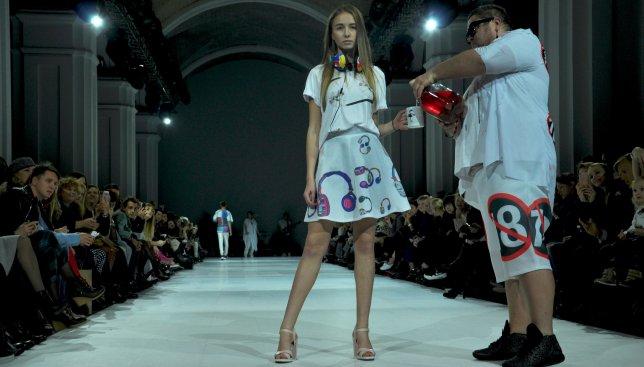 На Ukrainian Fashion Week модели пили просто во время показа (Видео)