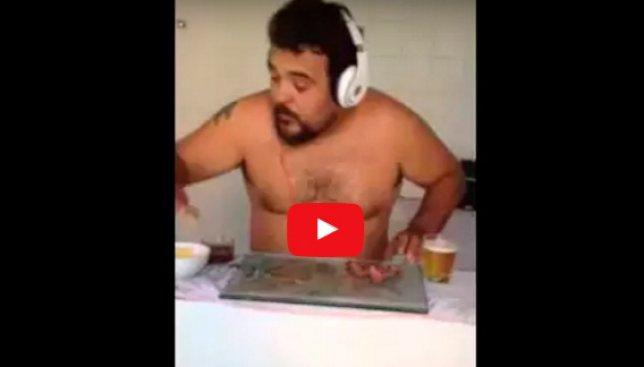 Смешное видео взорвало сеть: голый диджей, который играет на колбасках с пивом