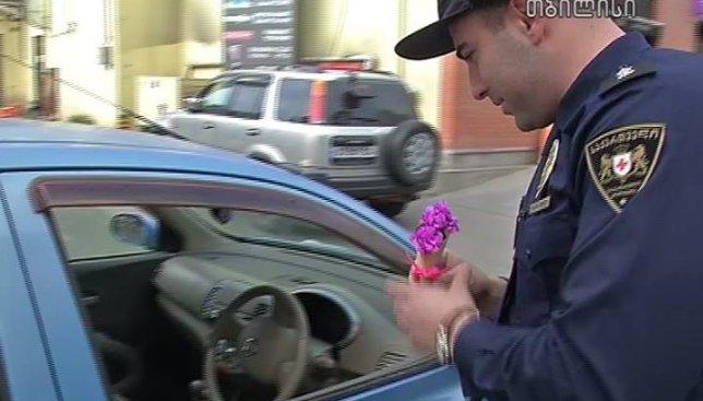 Полицейские Грузии поздравляли женщин с 8 Марта: вот у кого нужно учиться нашим
