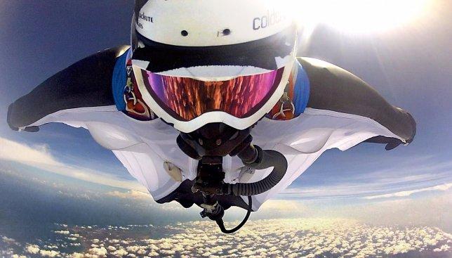 Видео, на котором мужчина спрыгнул с горы в 7 тыс. метров, покорило сеть