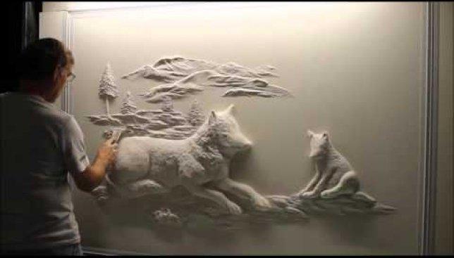 Скульптор создает невероятные картины из глины прямо на глазах у зрителей